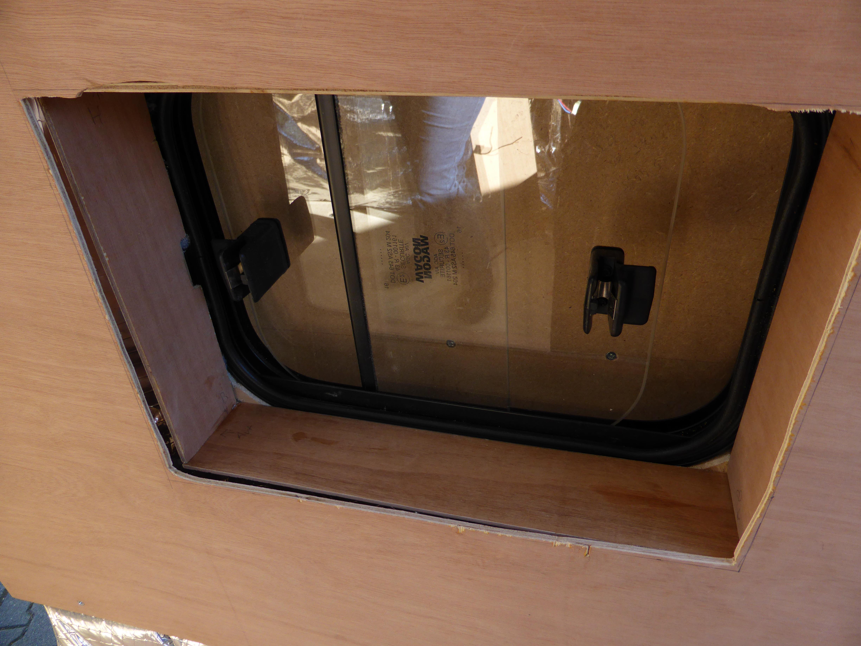 Habillage et meuble cuisine notre tour d 39 europe en camion for Panneau habillage meuble cuisine